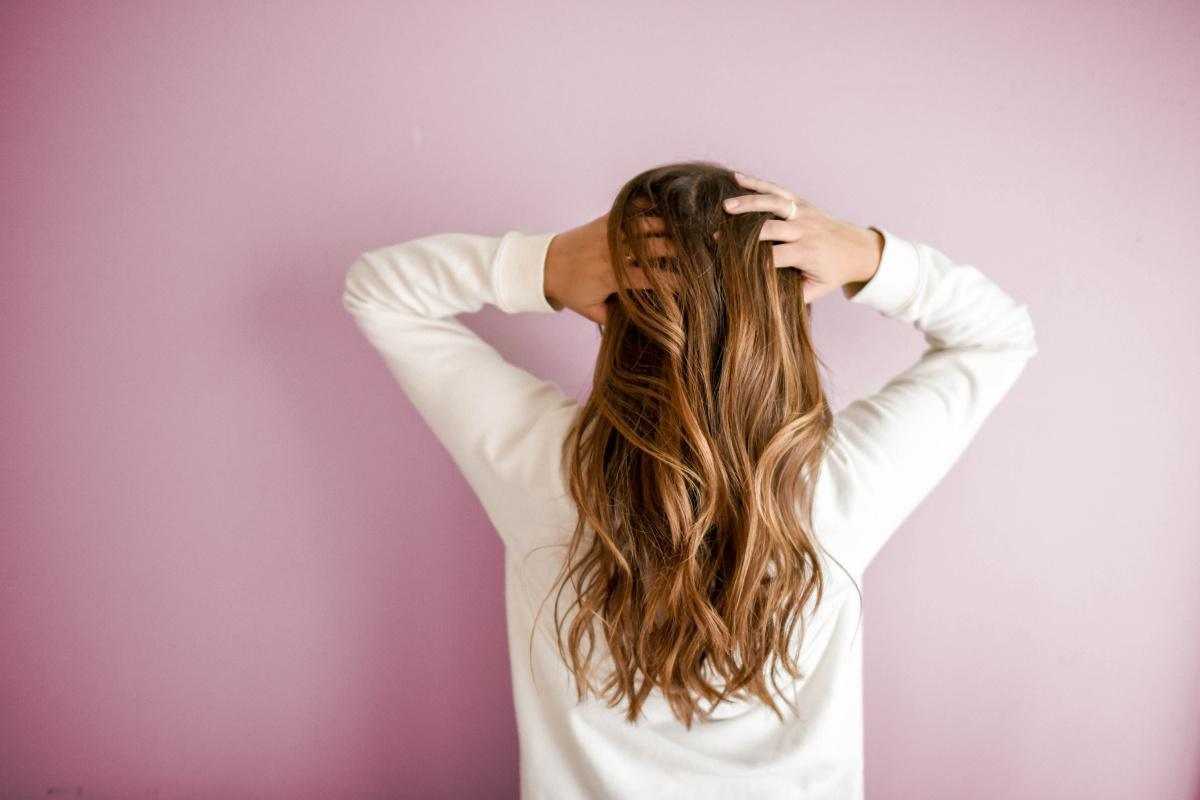 Pourquoi les traces de la pollution se retrouvent-elles dans les cheveux?
