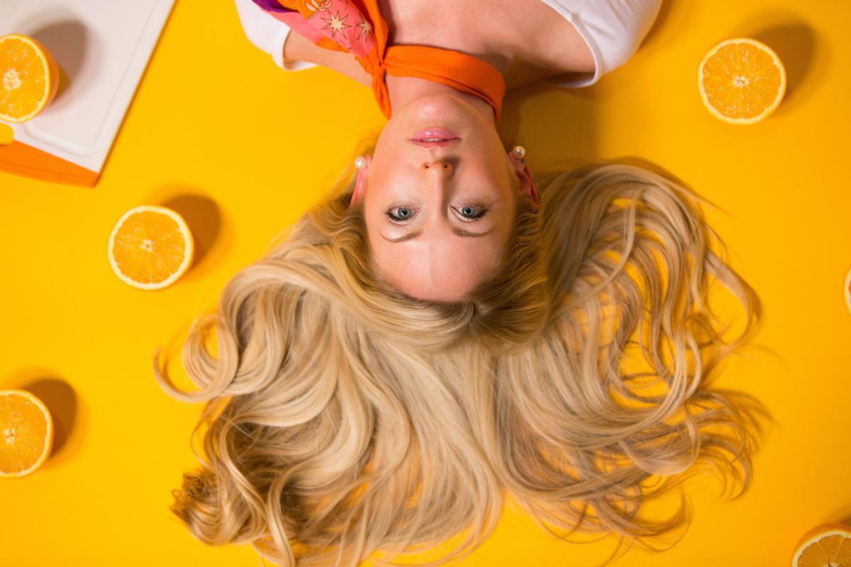 Pourquoi la quantité de polluant présente dans les cheveux est liée au niveau d'exposition?