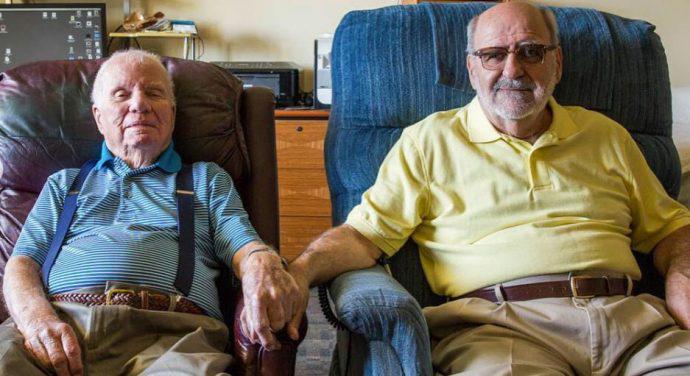 Abuelos gays dan los 10 consejos para vivir una vida feliz.