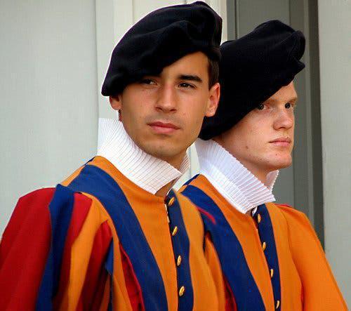 """Los secretos de la Guardia Suiza, el ejército mas """"gay"""" y sexy del planeta."""