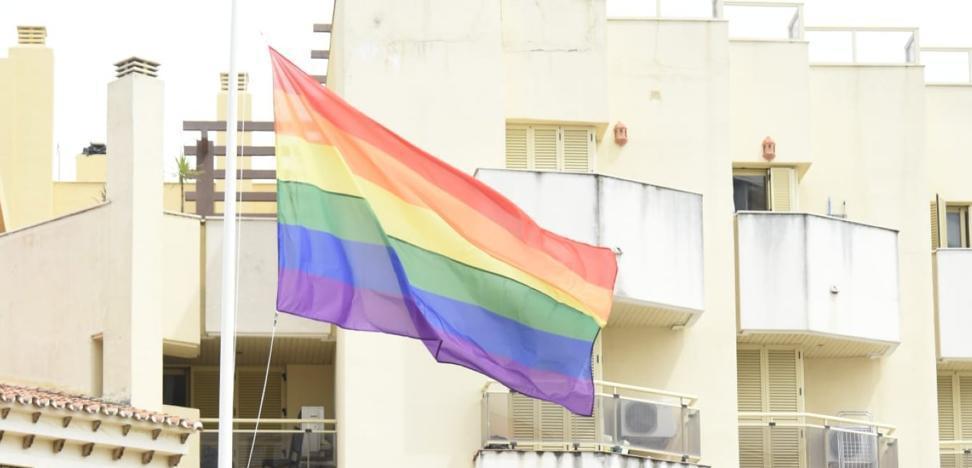Torremolinos instala de manera permanente La bandera del arcoíris en la plaza de La Nogalera