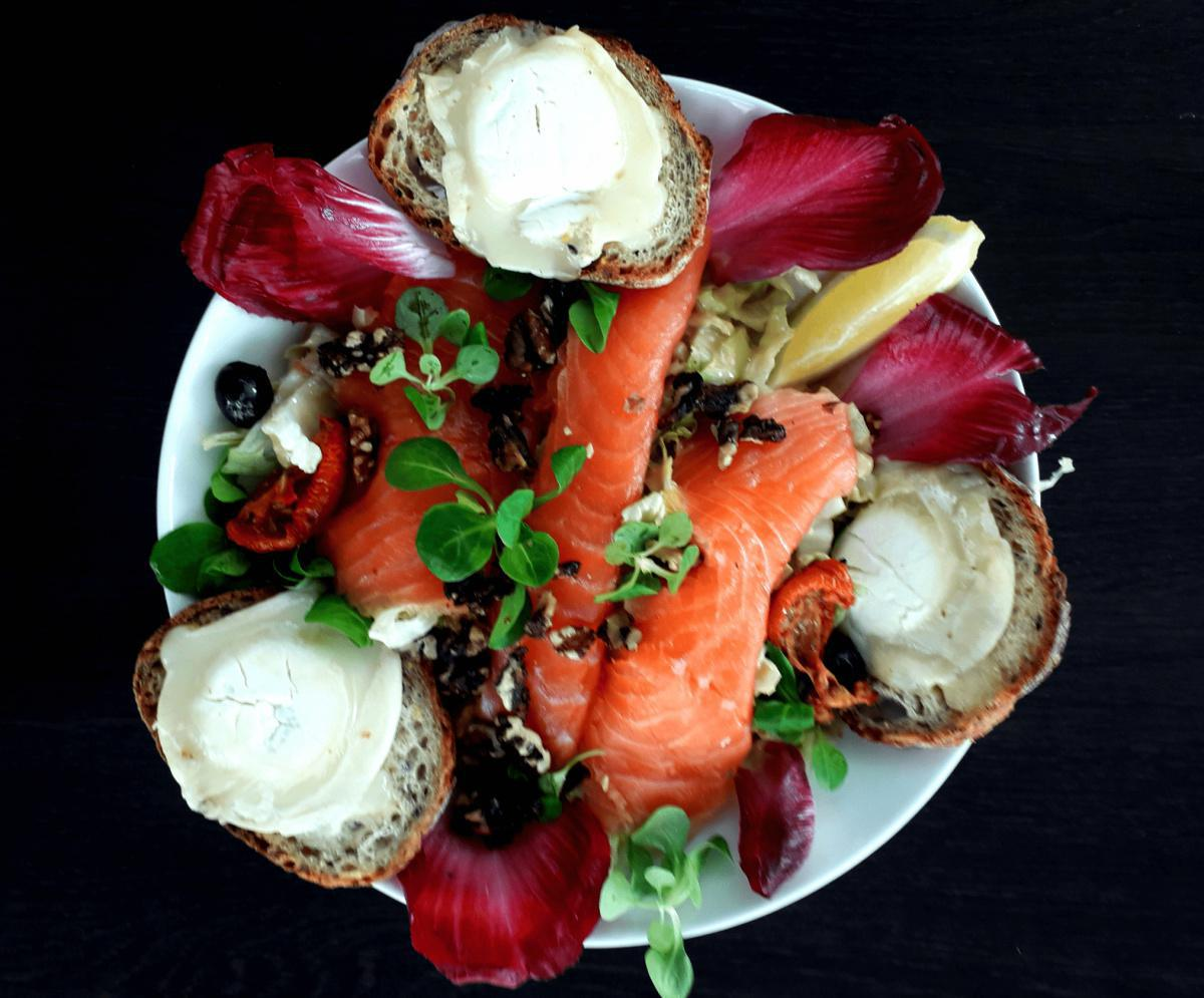 Salad with smoked salmon and hot goat cheese
