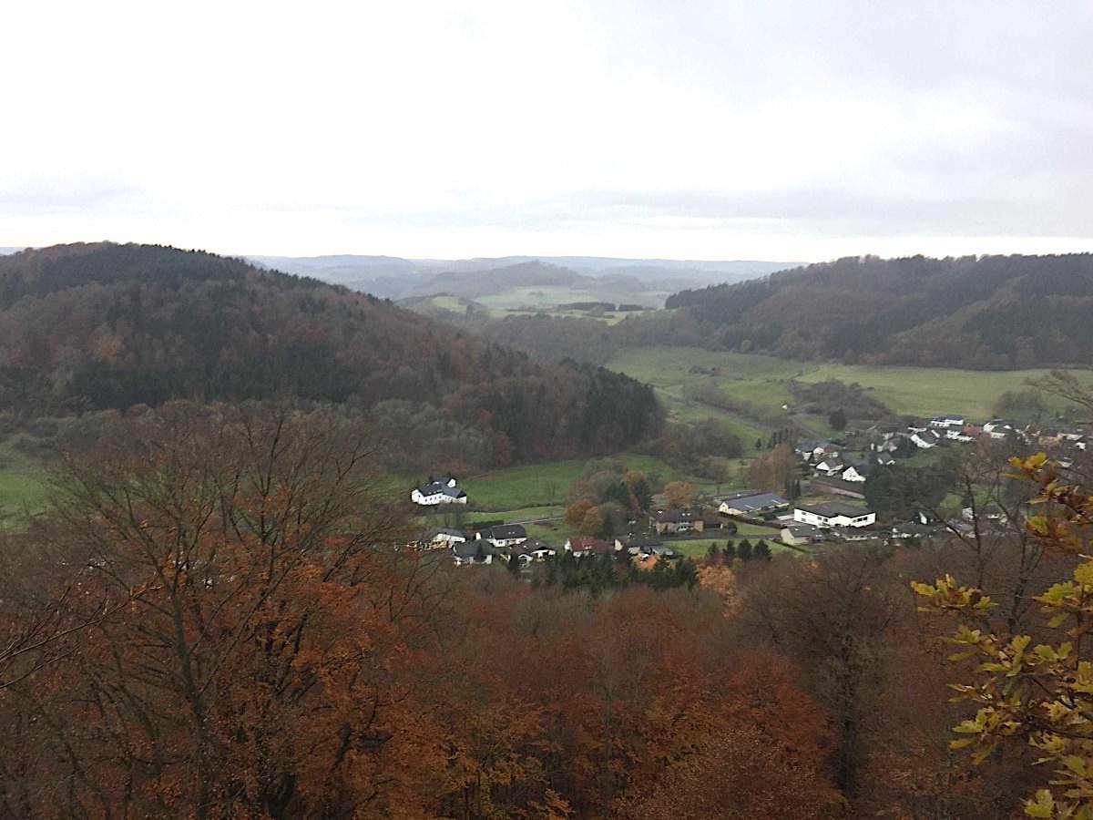 Wunderschön: die Eifel im Herbst von den Grotten über Hohenfels