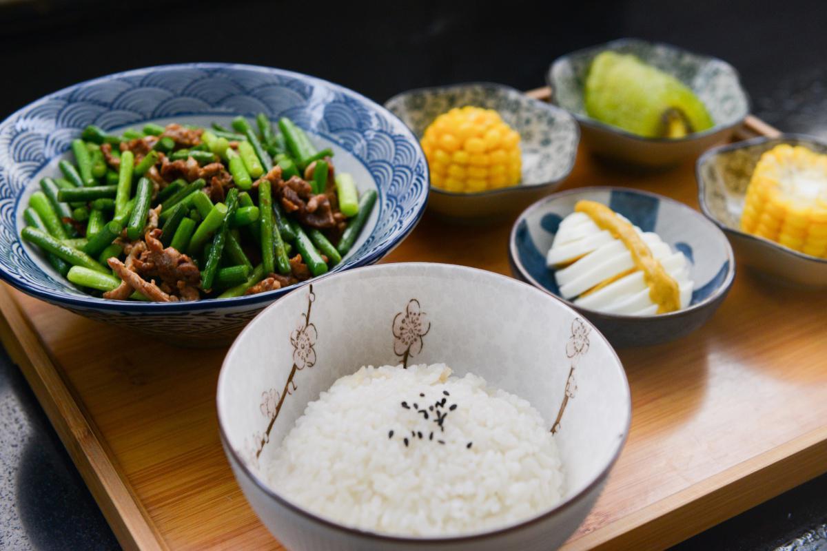 Buddhistischer Bratreis mit Gemüse und Ingwer