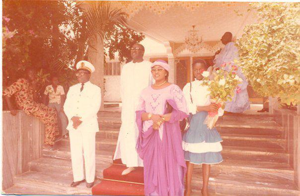 feu Baye Djily Mbaye en compagnie de feue Adja Aminta Sourang accueilant le défunt président gabonnais Omar Bongo Ondimba.