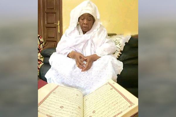 """""""خادمة القرآن"""" مريم بنت الشيخ إبراهيم انياس في ذمة الله"""