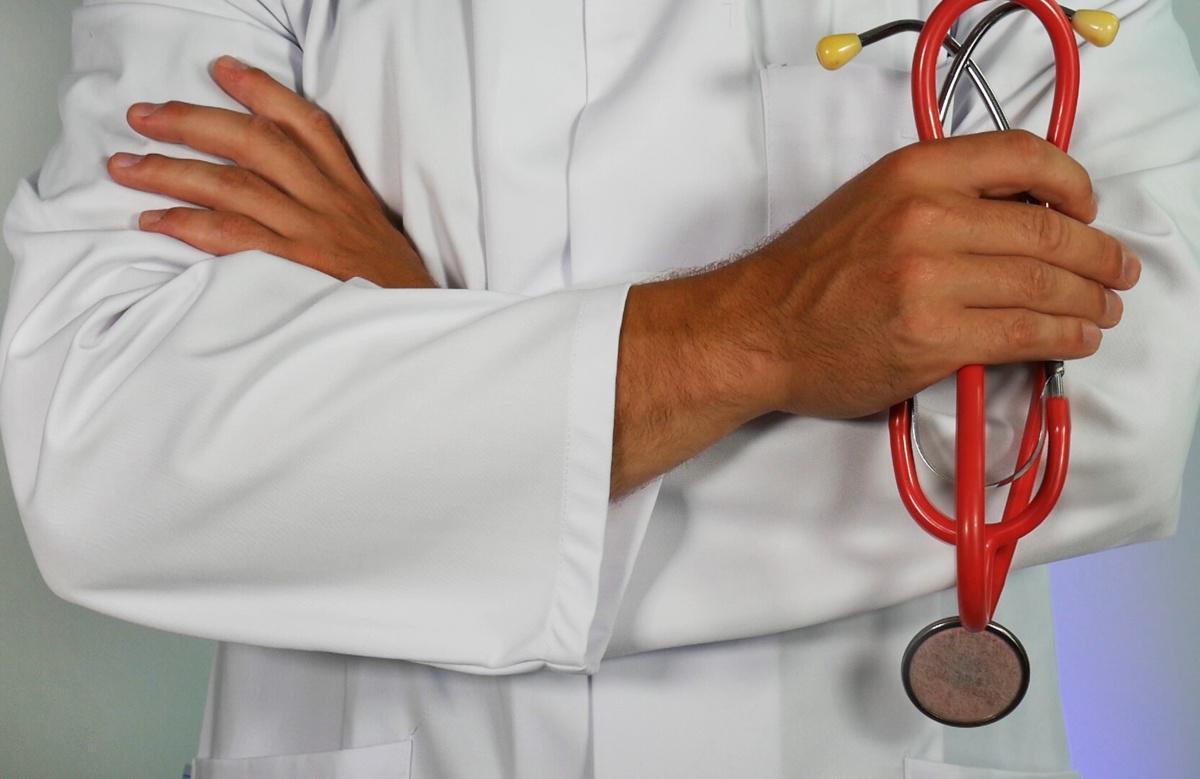 Royaume-Uni : Un médecin chrétien licencié pour avoir refusé de qualifier de «madame» un «homme barbu»