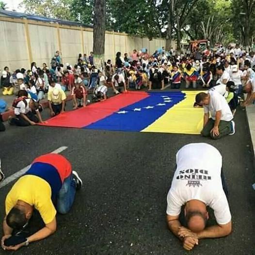 Au Vénézuéla, les chrétiens sont à genoux dans les rues pour demander à Dieu de bénir leur pays