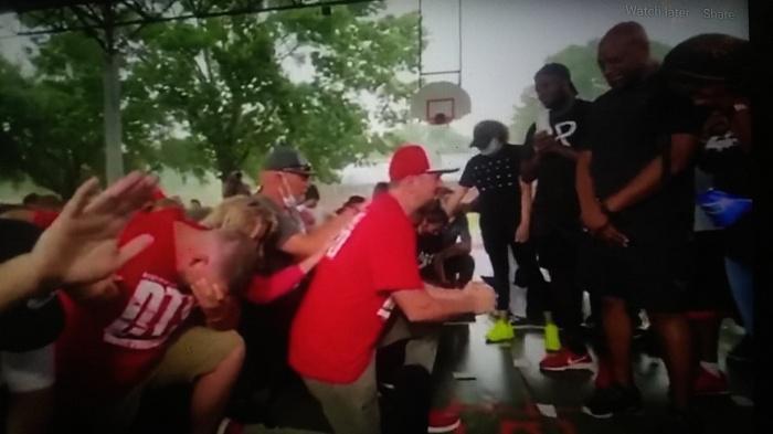 Etats-Unis: un groupe se repent à genoux pour le racisme envers les Afro-Américains