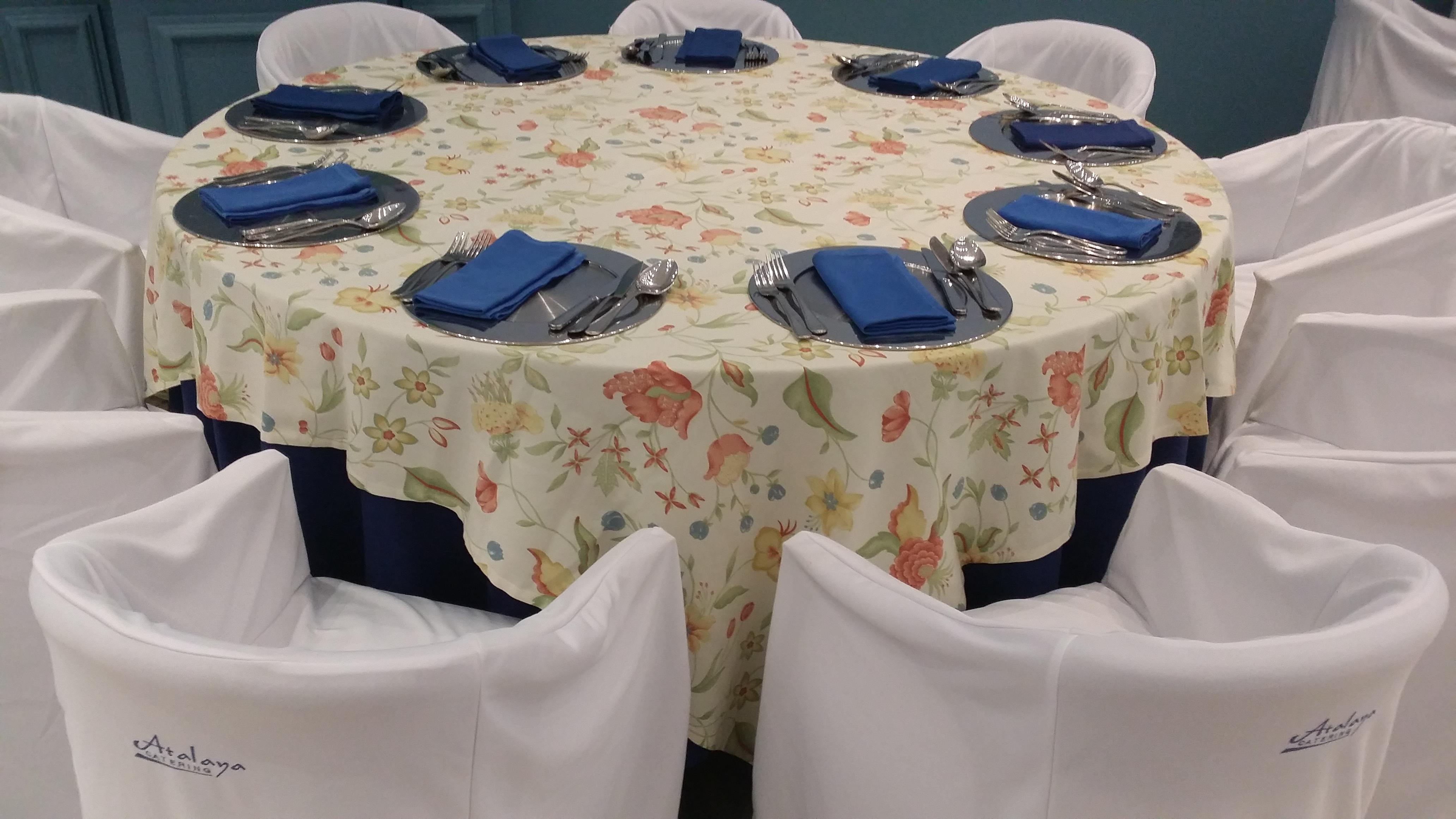 mantel azul cubre flores