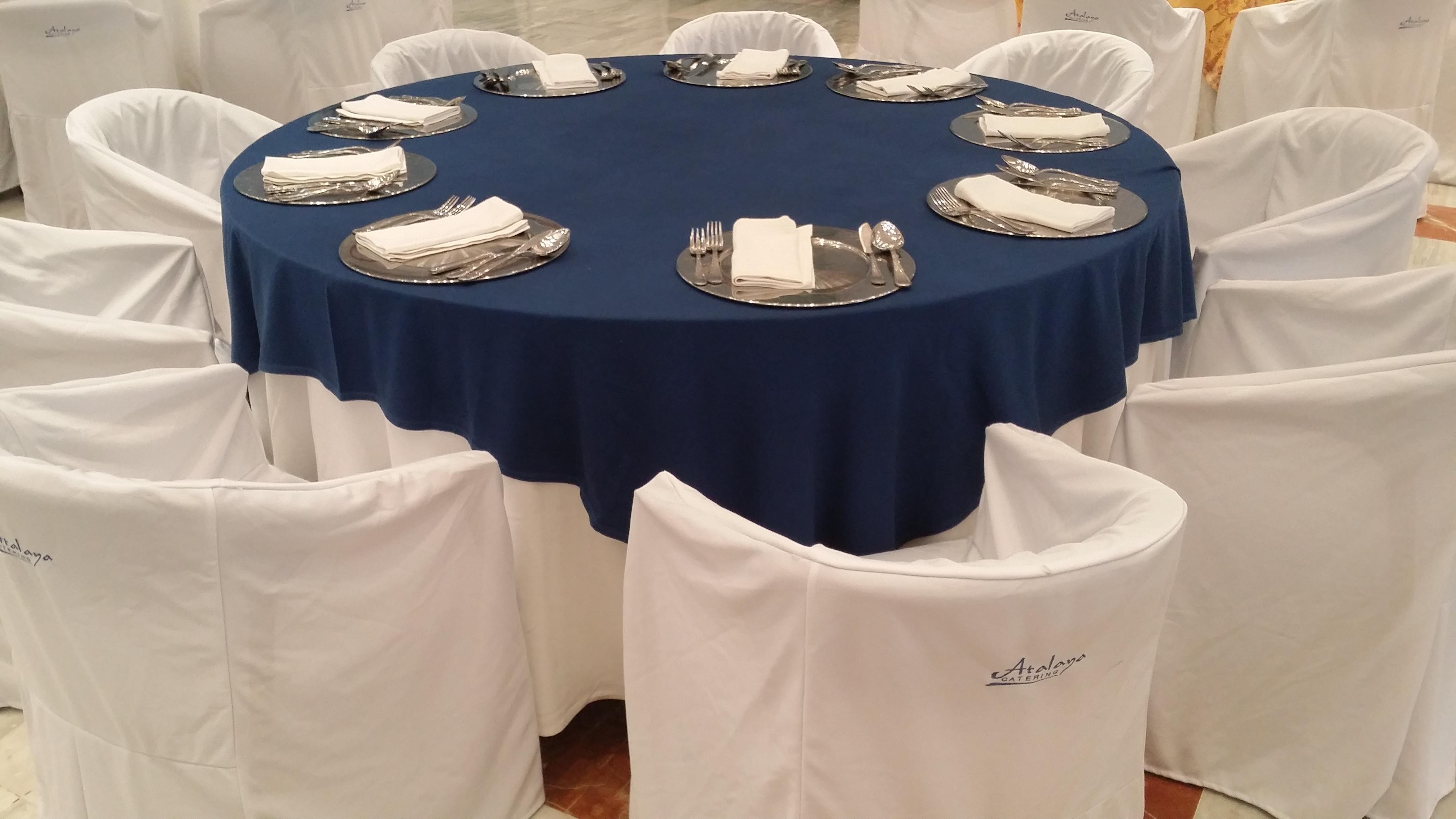 mantel blanco cubre azul