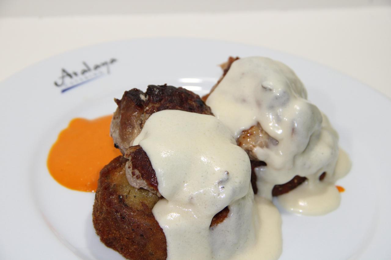 Medallón de Solomillo de Cerdo ibérico sobre lecho de Berenjenas empanadas en especie Y salsa de Parmesano