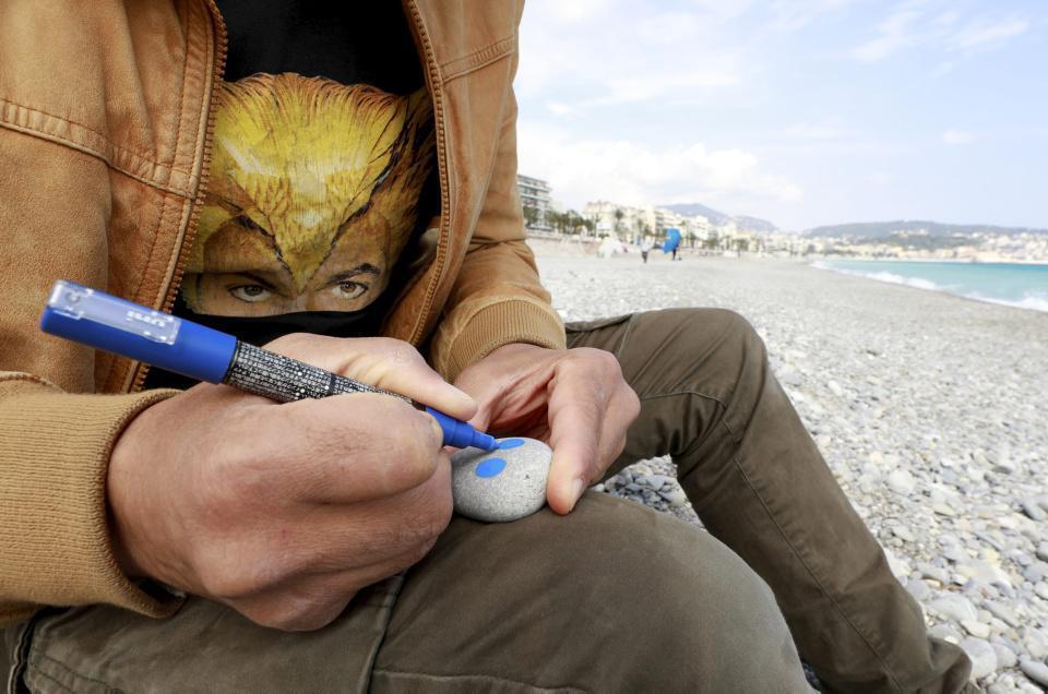 [Focus] - Ça donne quoi le street art à la plage ? Un petit poucet niçois dessine sur les galets !