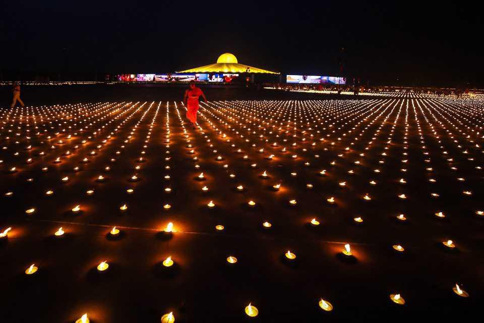 [Focus] - Magnifique ! Record du monde : 330 000 bougies allumées par des moines bouddhistes