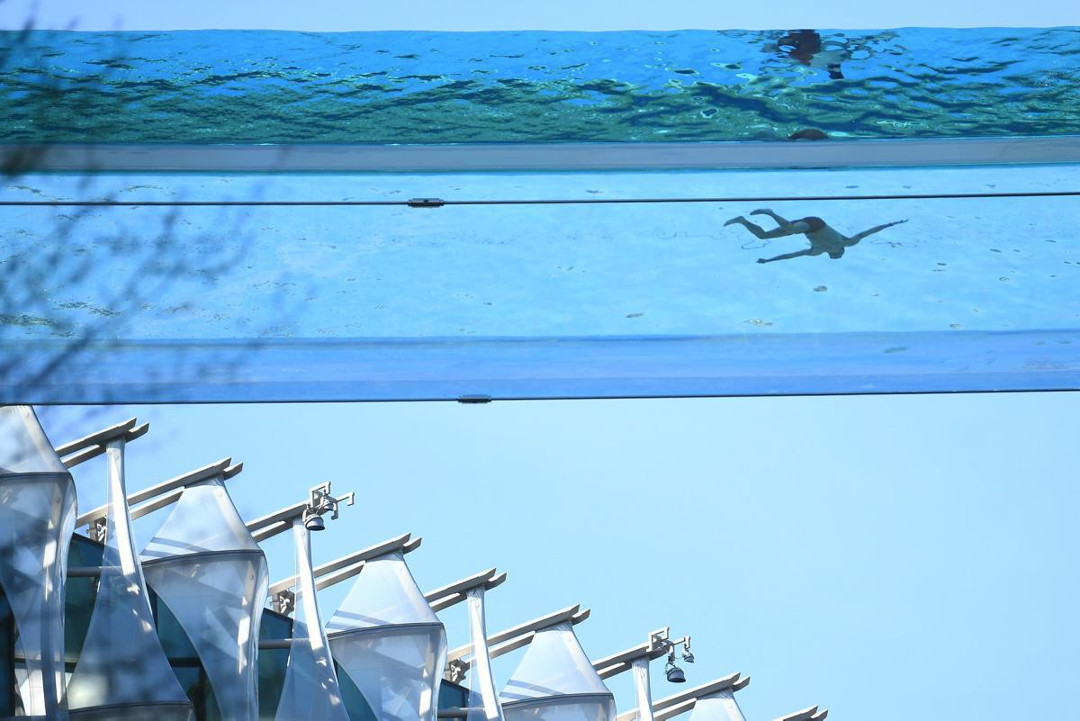 """[Focus] - Londres : une """"sky pool"""" pour nager entre deux buildings, une première mondiale"""