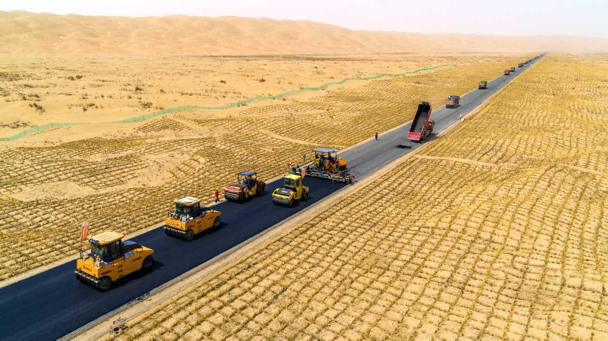 [ Focus ] - Les photos de l'incroyable autoroute traversant le plus grand désert de Chine!