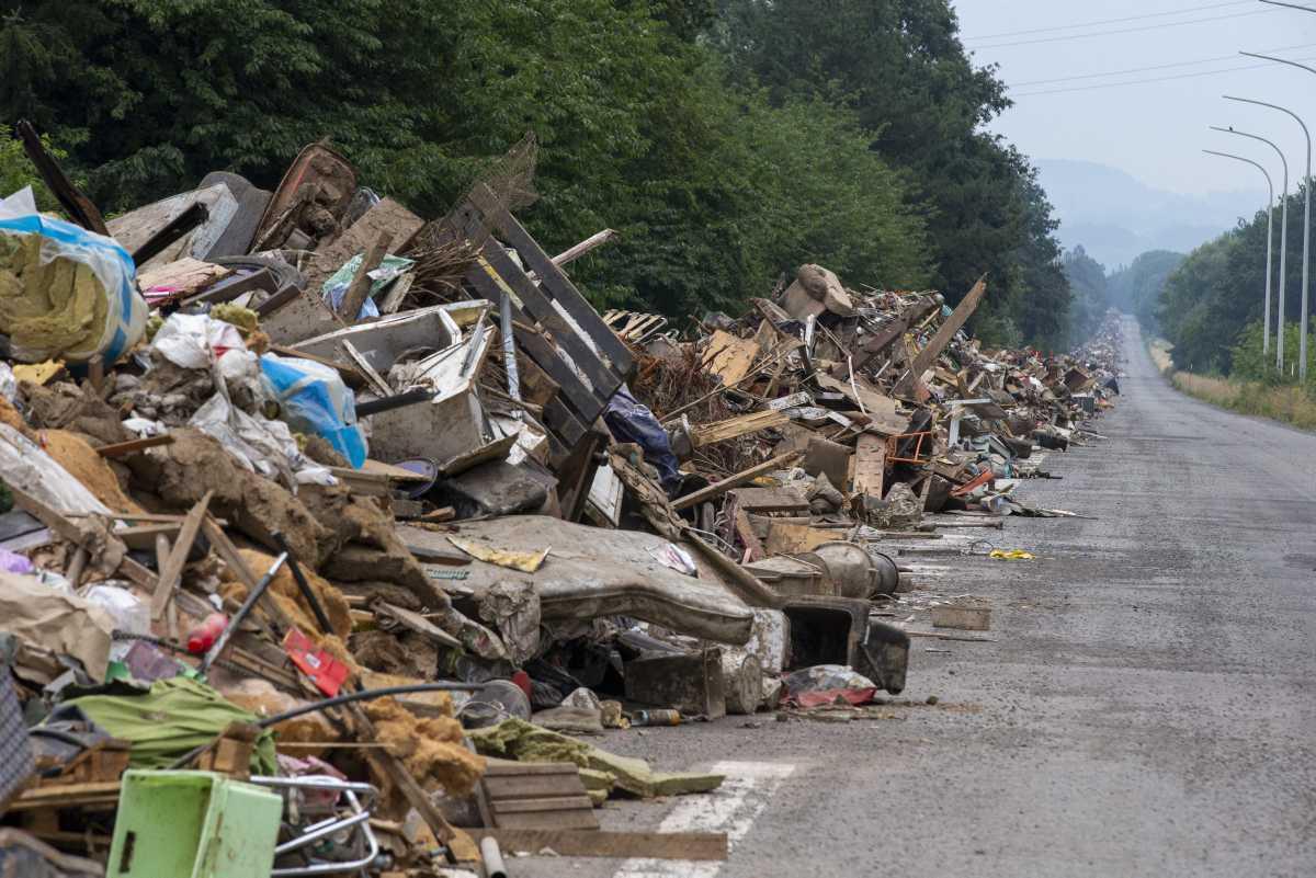 [Focus] - Inondations en Belgique : les déchets stockés sur une bretelle d'autoroute