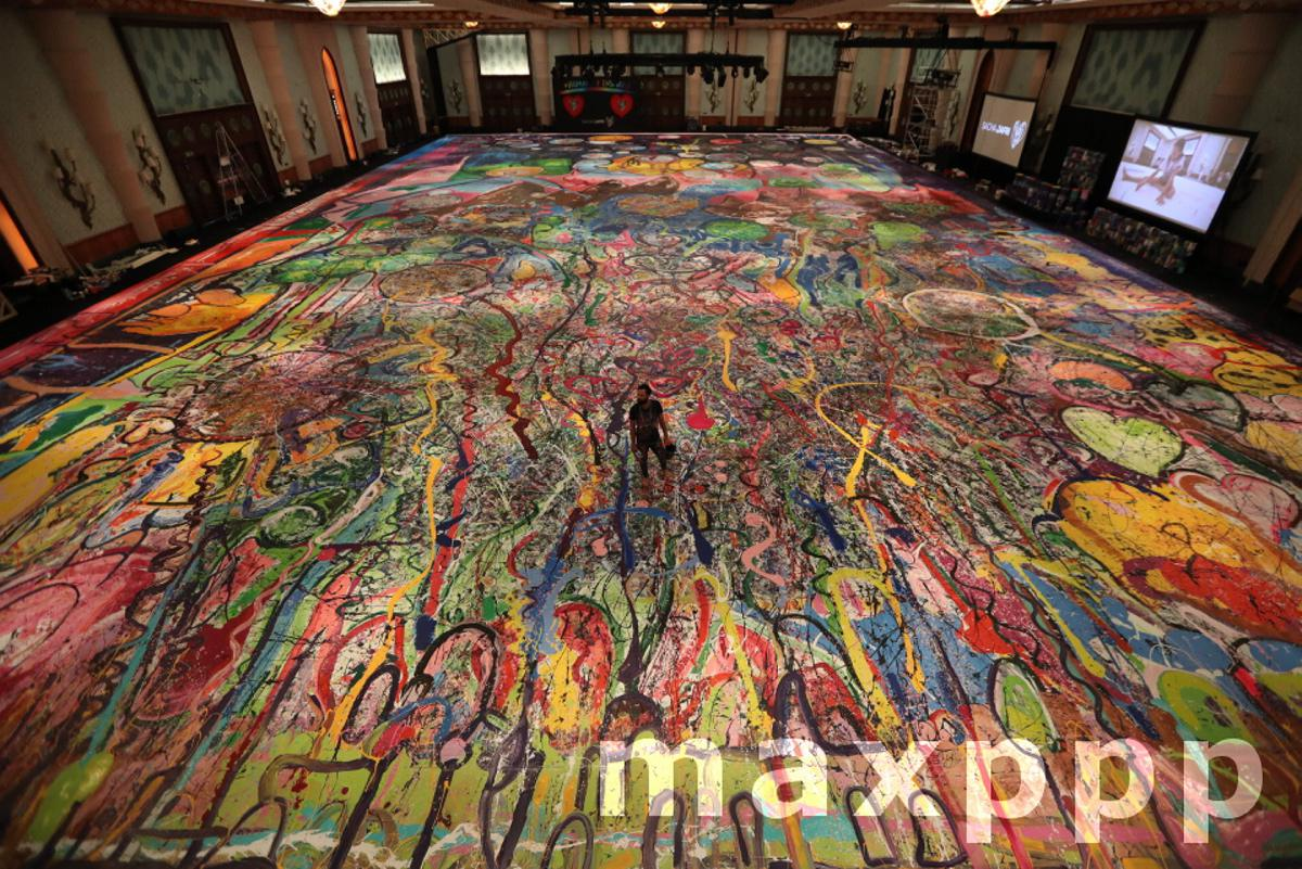 A British artist draws his largest painting for charity purpose in Dubai