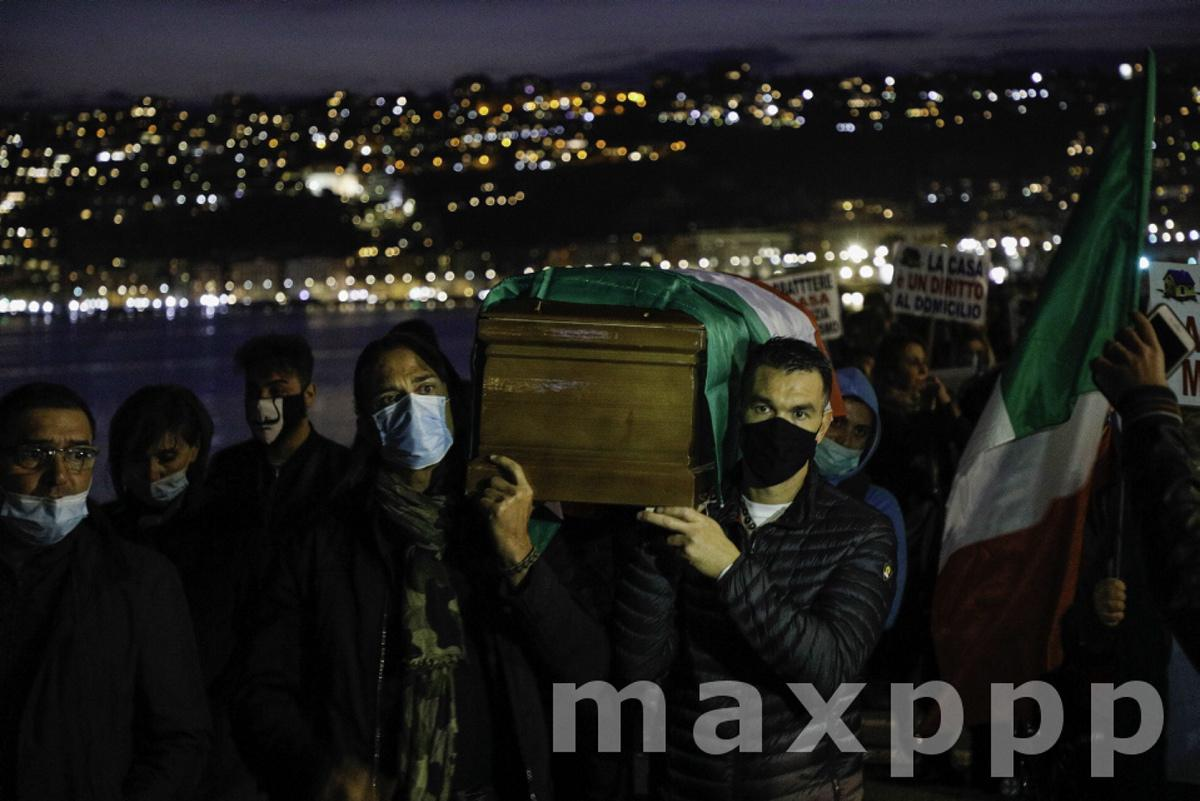 Naples, Protest of traders against the closure for the covid-19