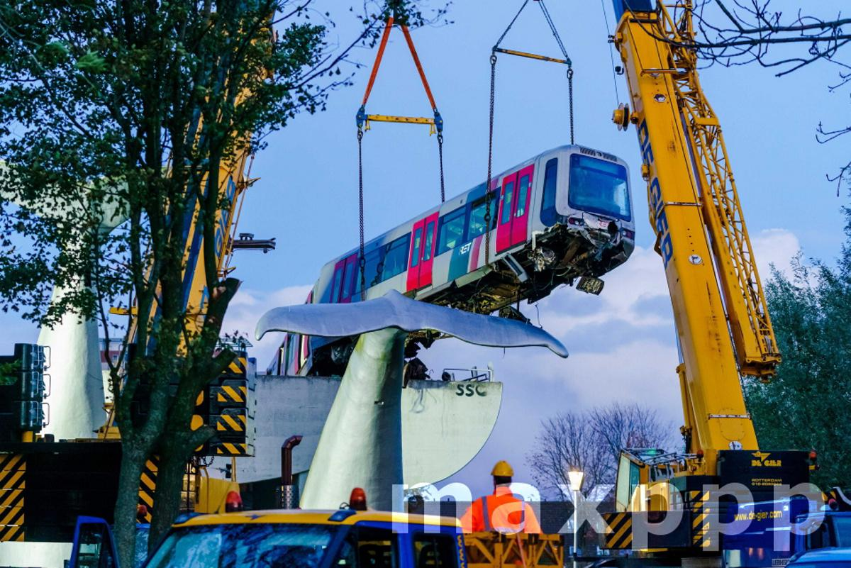 Crashed Metro train removed from artwork