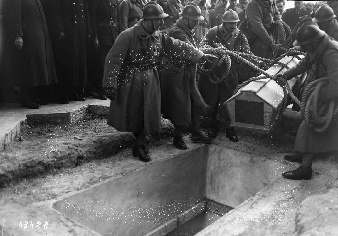 1921 : Inhumation du soldat inconnu à l'Étoile