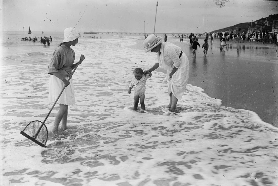 Enfant marchant dans l'eau, 1920