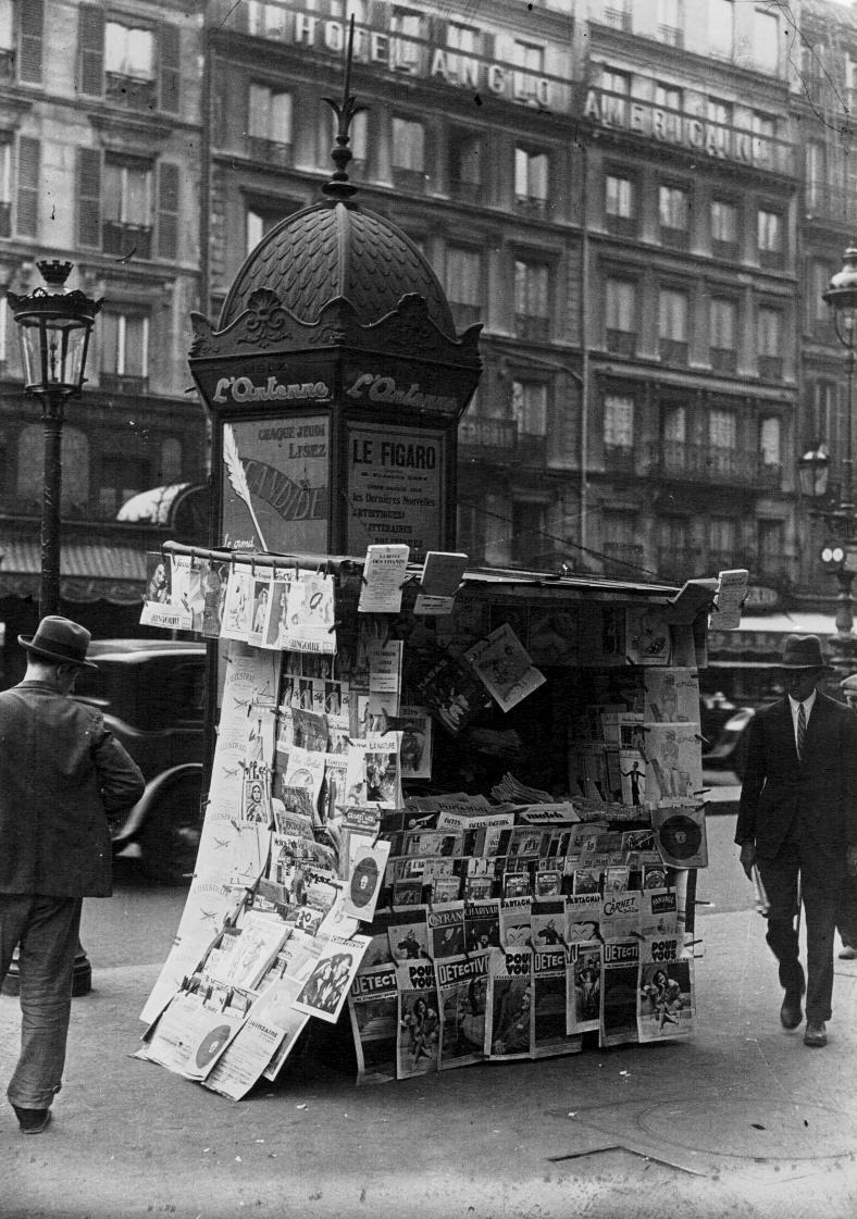 Paris : un kiosque à journaux