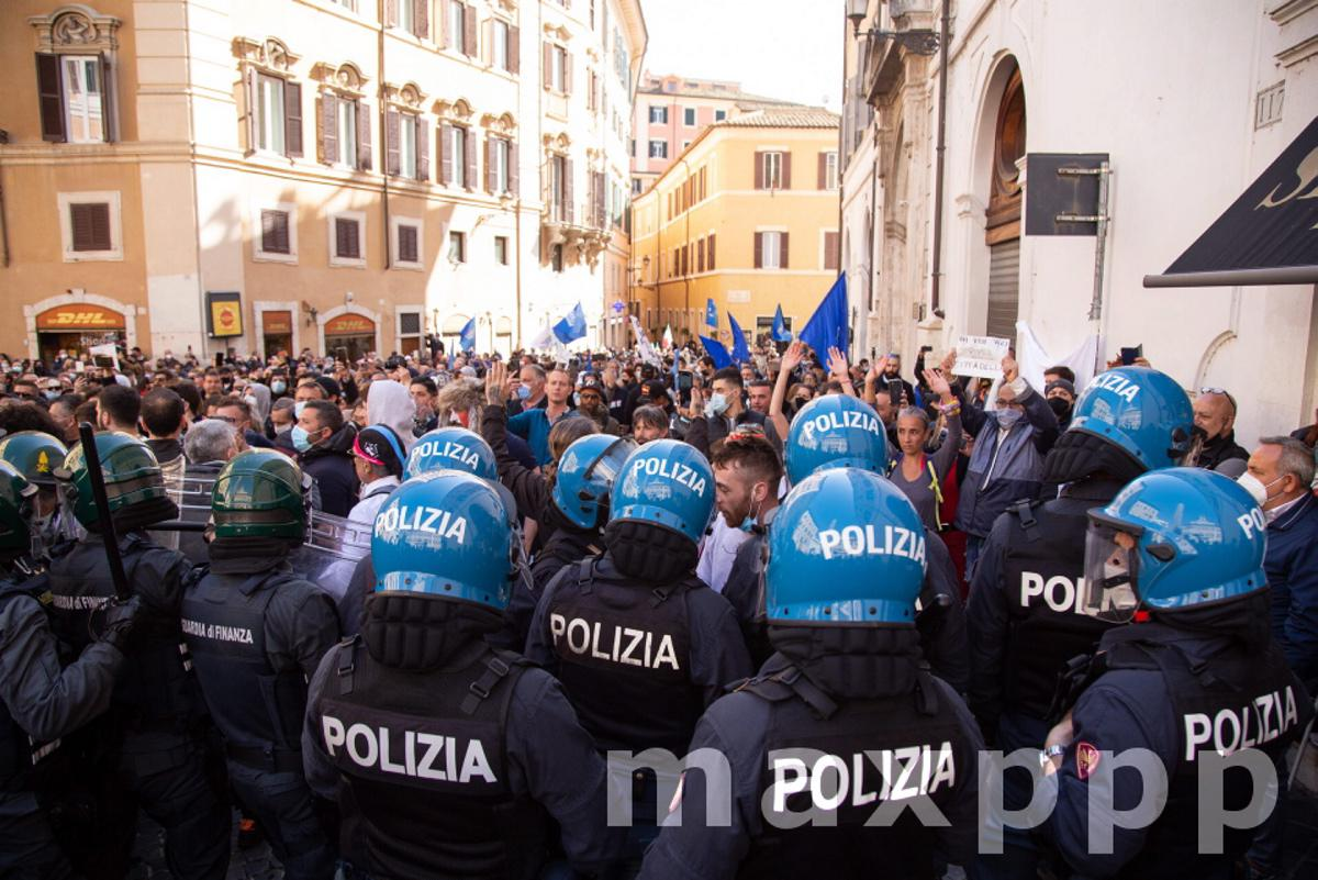 Italy: #IoApro protest with clashes against police in Rome