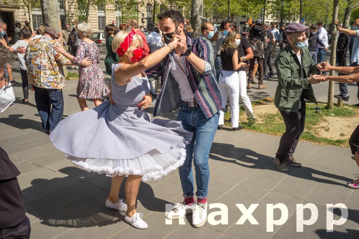 des personnes dansent le rock sur la place de la Republique.