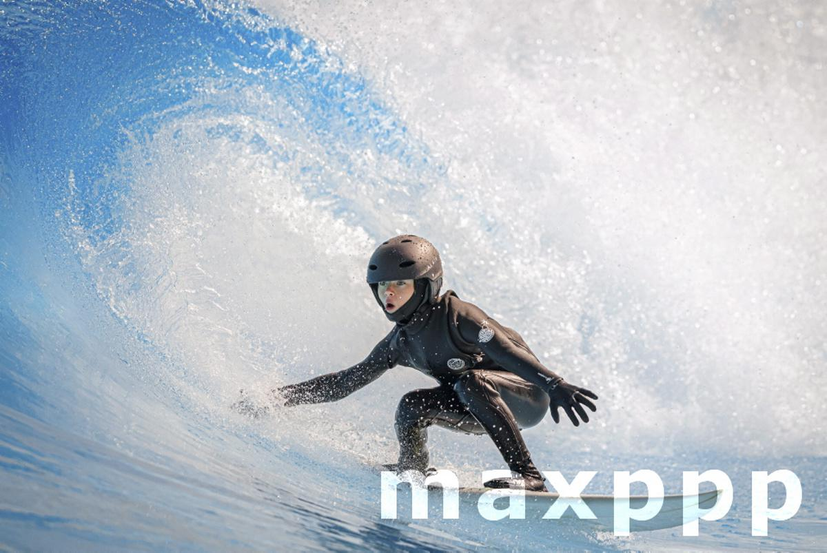 """Artificial wave in the """"Alaia Bay"""" surf wavepool"""