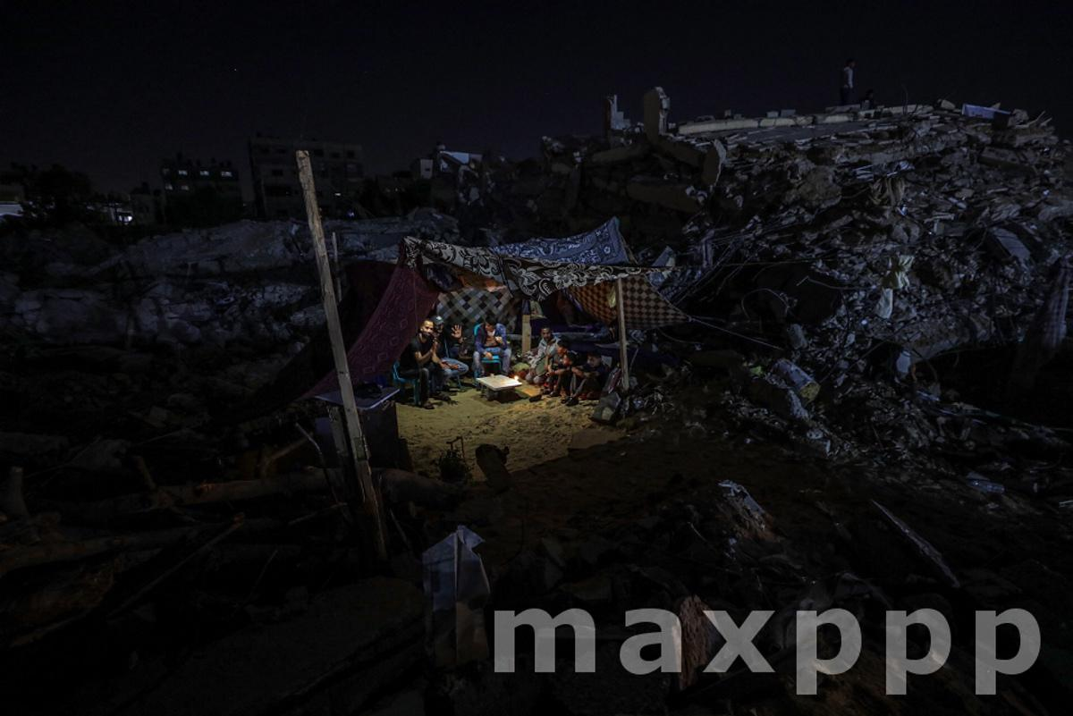 Palestinian families return to their destroyed houses in Gaza