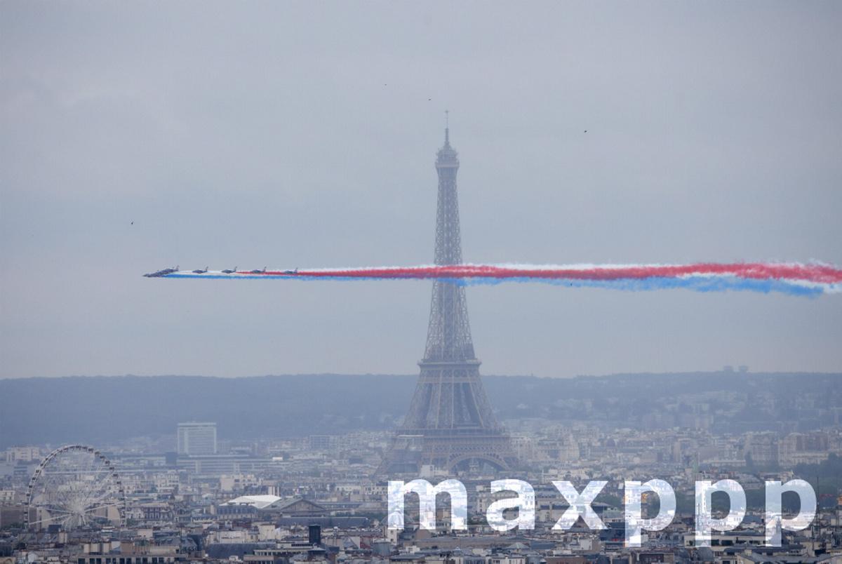 Passage de la Patrouille de France devant la Tour Eiffel