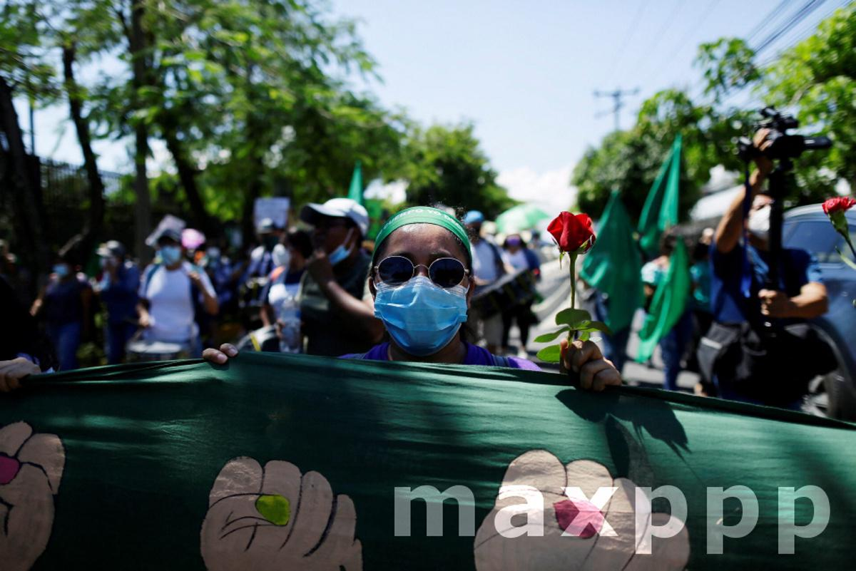 Salvadorans march for policies on sexual health and the right to abortion