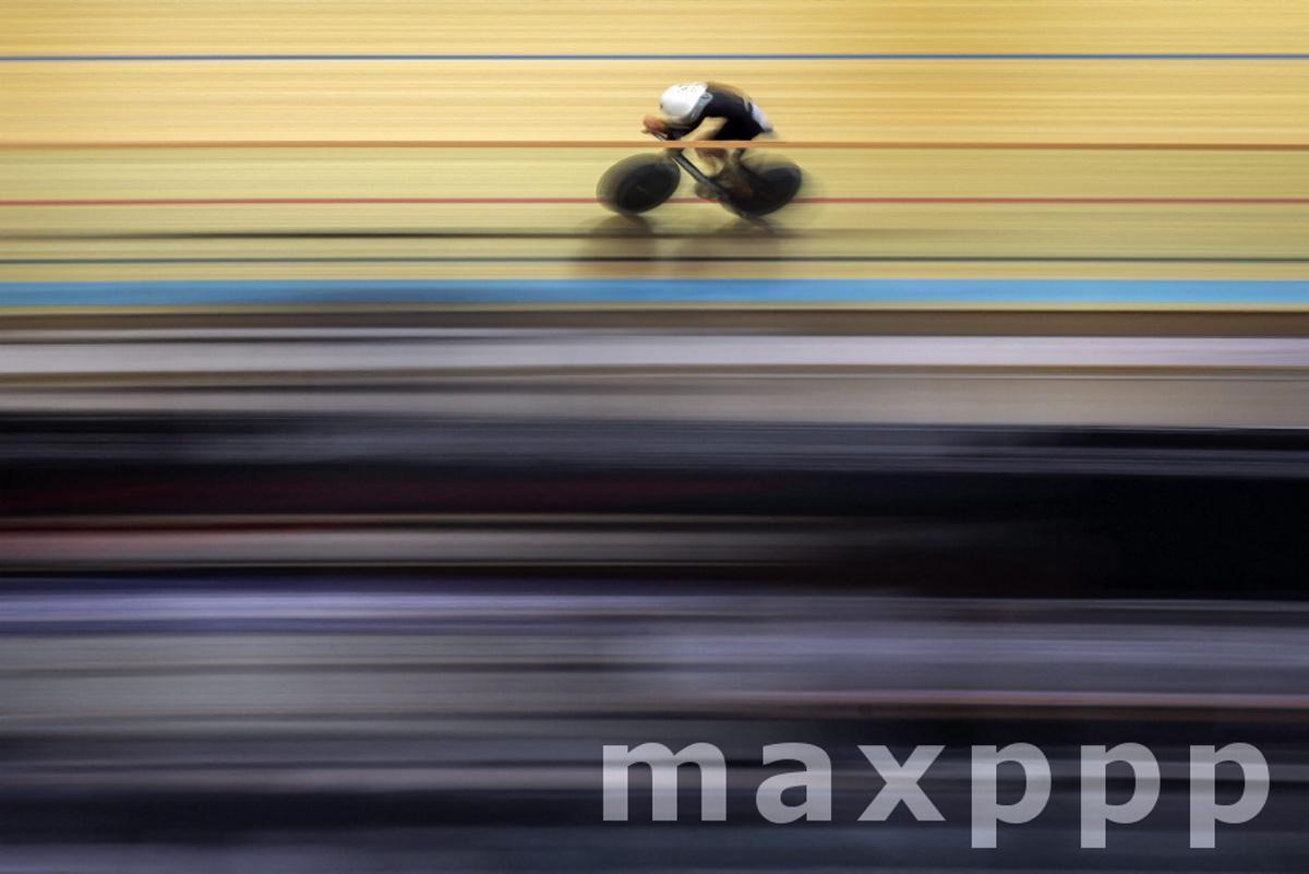 Joscelin Lowden breaks one hour cycling world record