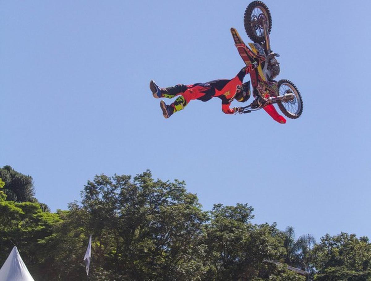 Duelo de motos: Evento de motocross estilo livre tem manobras audacios