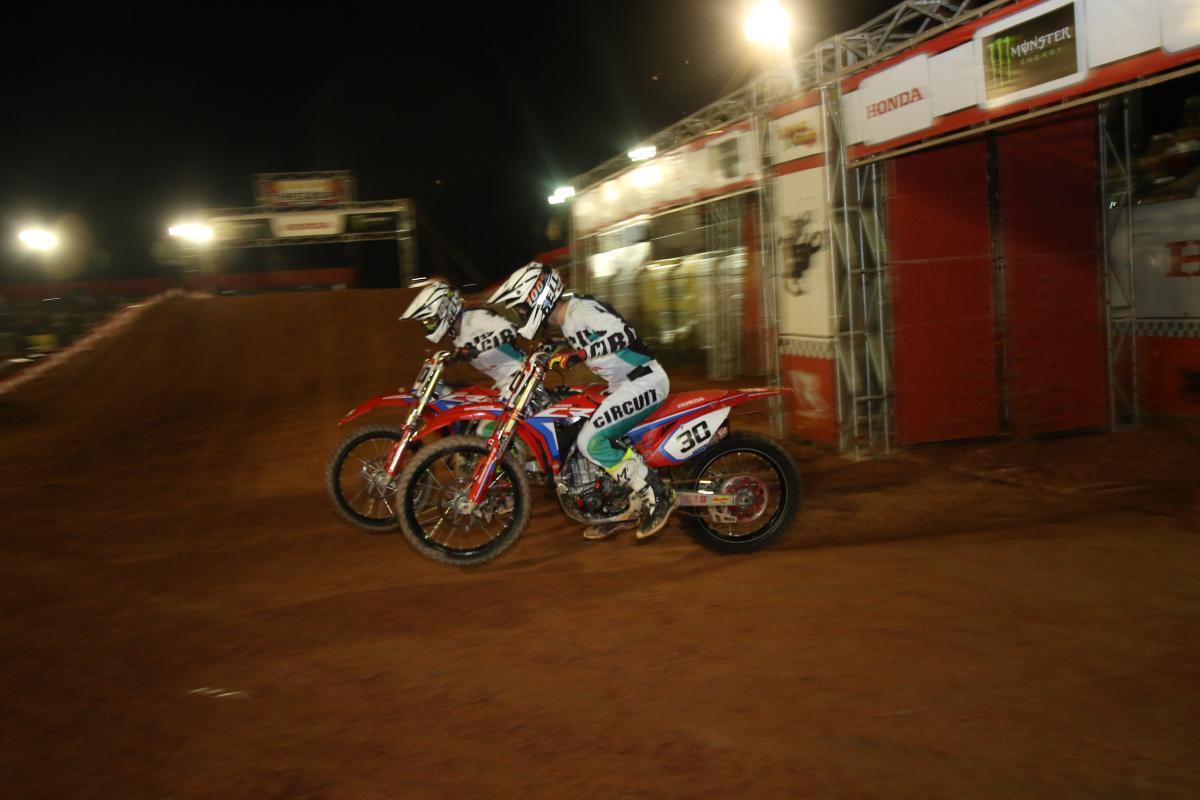 Paulo Alberto dá show na pista e vence a segunda etapa do Arena Cross em Caraguatatuba