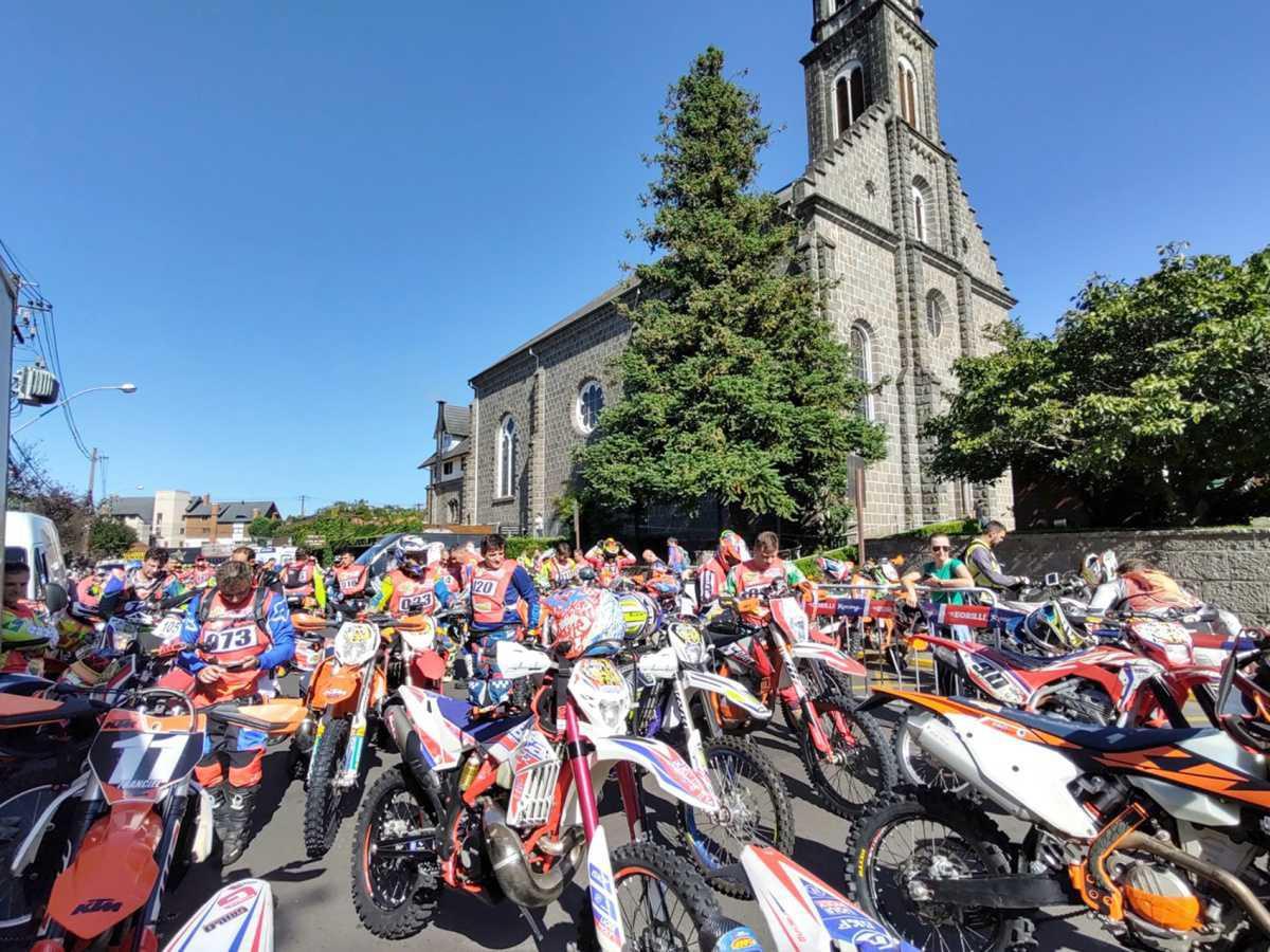 Pilotos invadem Gramado na abertura do Borilli Racing Gaúcho de Enduro de Regularidade