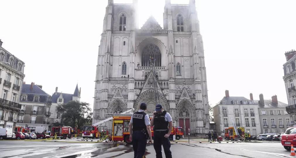 حريق يلحق أضرارا بكاتدرائية نانت المشيدة على الطراز القوطي