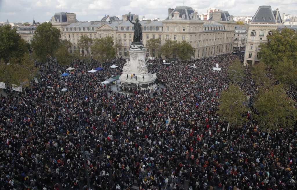 آلاف يتجمعون في باريس تكريما لذكرى مدر س قتل بقطع الرأس