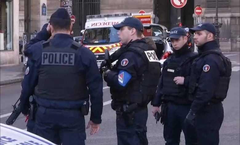 السلطات الفرنسية تعتقل ثلاث ناشطات ألصقن رسوما كاريكاتورية للنبي محمد
