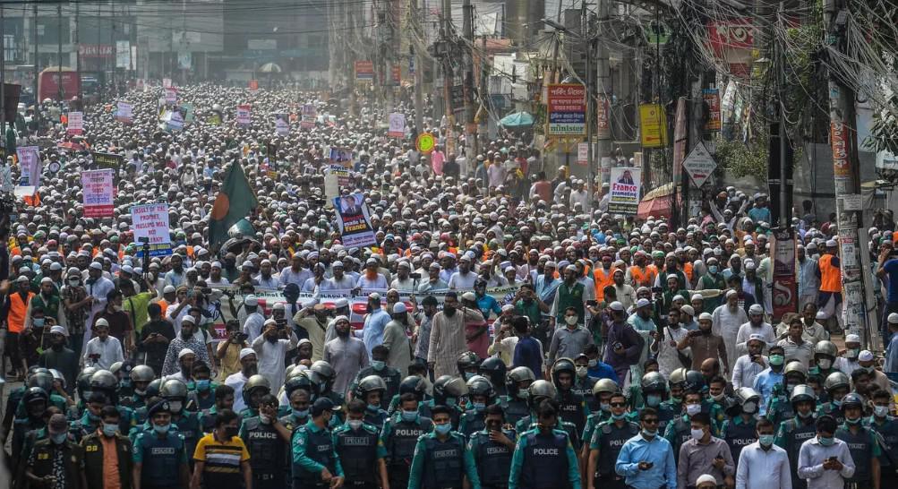 عشرات آلاف البنغلادشيين يتظاهرون ضد فرنسا في دكا ورقعة الغضب تتسع