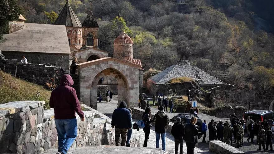 الأرمن يودعون دير داديفانك