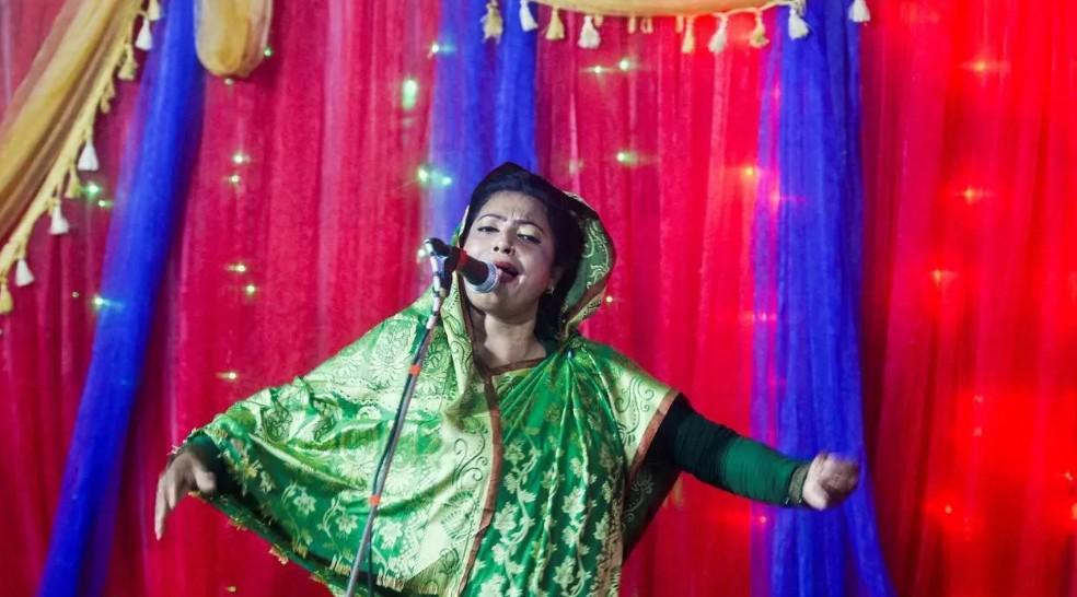مغنية صوفية في بنغلادش تعود إلى المسرح من مخبأها رغم تهديدات المتطرفين