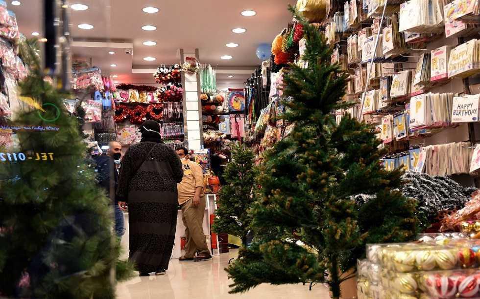 أشجار وزينة عيد الميلاد للبيع في السعودية في مشهد غير مألوف
