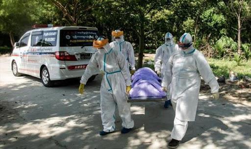 متطوعون يدفنون ضحايا كوفيد-19 وفق أحكام الشريعة الإسلامية في بورما