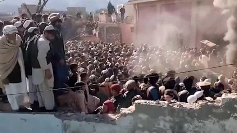 حشد غاضب يحرق معبدا هندوسيا في باكستان