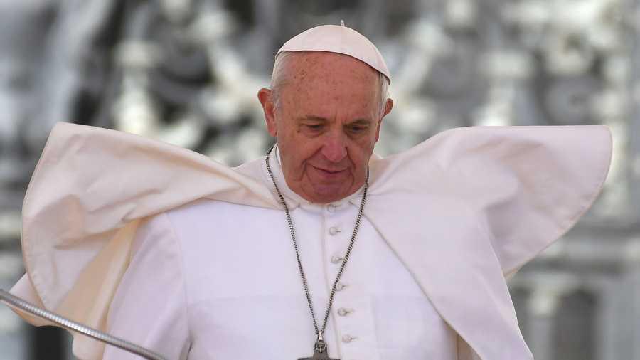 البابا يطلع على مخطوطة عراقية أنقذت من أيدي تنظيم الدولة الإسلامية