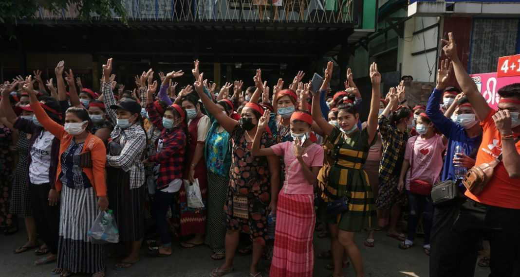 السحرة والعرافون في بورما ينضمون إلى التظاهرات