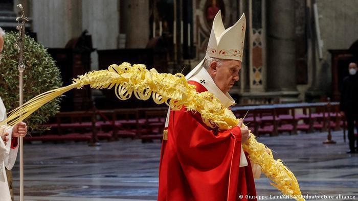 البابا فرنسيس يحتفل بقداس الشعانين بحضور بعض المؤمنين
