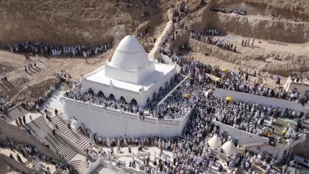 """""""قبر"""" النبي هود يجذب آلاف الزوار في اليمن رغم الحرب وفيروس كورونا"""